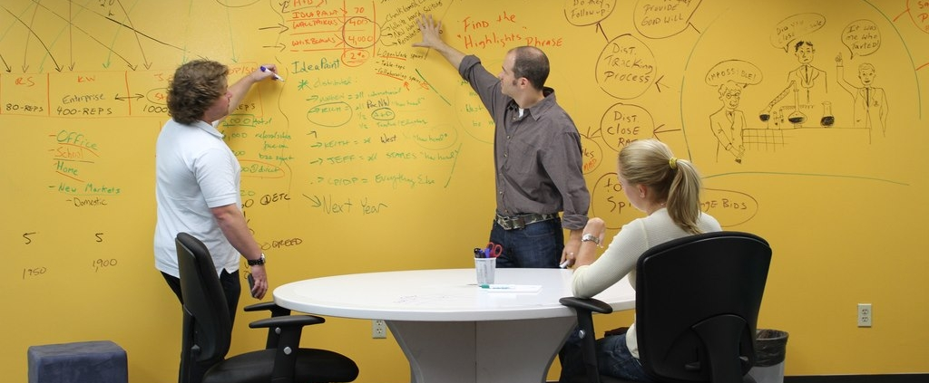 رنگ مخصوص وایت برد در دکوراسیون شرکت ها